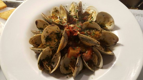 Arugula: littleneck clams sauteed w/vermouth, shallots, garlic, oregano & tomatoes, served over linguine