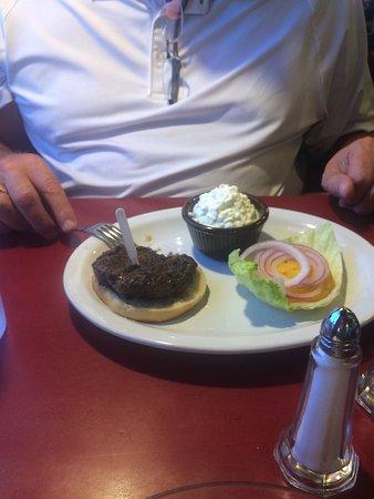 Holton, Κάνσας: Basic burger and tuna salad plate