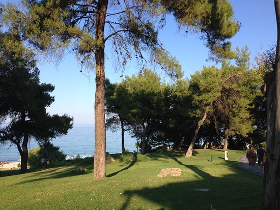 Aegean Melathron Thalasso Spa Hotel: По дороге к пляжу