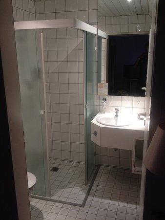 Parkhotel Am Posthof: Dusche mit Waschbecken und Haartrockner