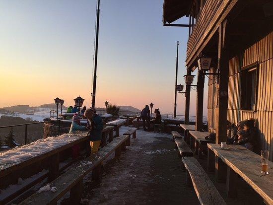 Hilders, Tyskland: Sonnenuntergang im Februar 2016 auf der Terrasse der Enzianhütte - ein Traum!