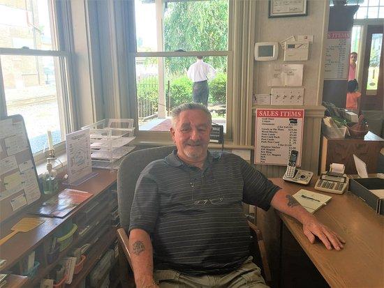 Lititz, Pensilvania: The wonderful attendant at the visitor center!
