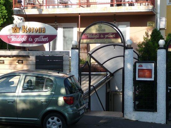 Korona Panzio: Eingang zum Restaurant/Frühstücksraum im Souterain