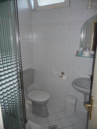 Korona Panzio: Blick ins Badezimmer mit Dusche