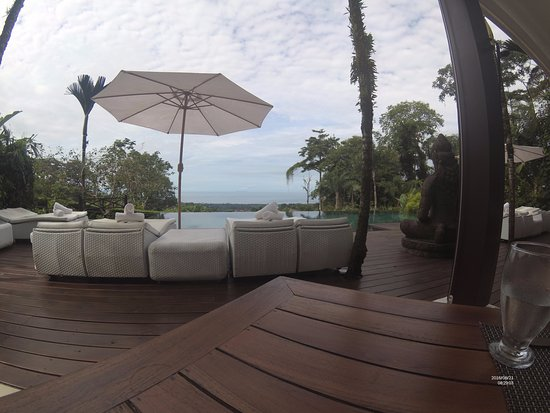 Oxygen Jungle Villas : dining infront of the pool with amazing ocean view
