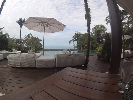 أوكسجين جنجل فيلاز: dining infront of the pool with amazing ocean view