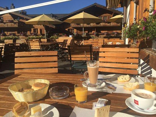 Schonried, İsviçre: Frühstück auf der Hotelterrasse - macht süchtig auf Wiederholung