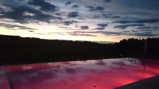 St. Martin an der Raab, Austria: Blick auf den abendlich beleuchteten Außenpool