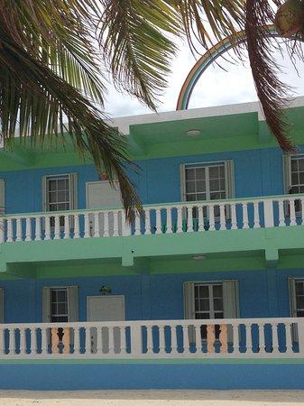 Rainbow Hotel: Hotel.visto dalla spiaggia