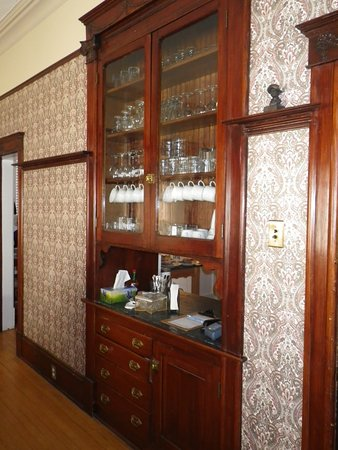 Tarabino Inn : Built in pantry with opening to the kitchen