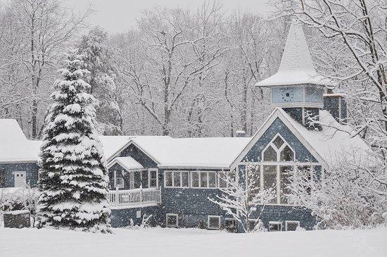 Carmel Cove Inn at Deep Creek Lake: Deep Creek is a snowy wonderland in the winter!