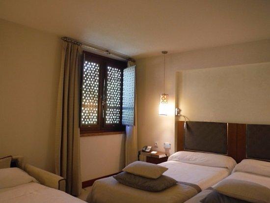 Parador de Granada: 最新式の設備ながら趣のあるお部屋。