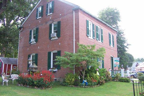 Brick Inn Bed and Breakfast: The Brick Inn grounds