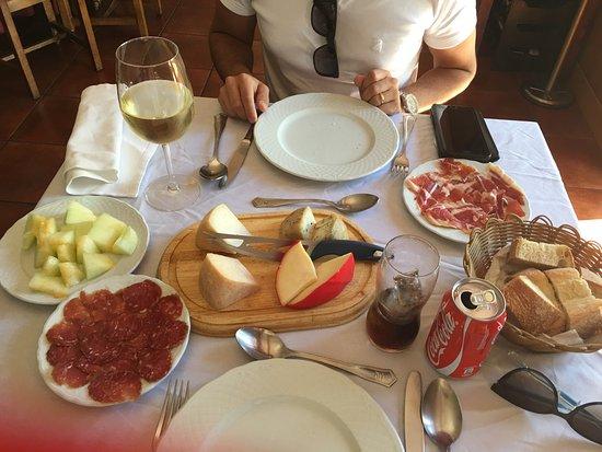 Vimioso, Portugal: De entrada essa deliciosa tábua de queijos , salpicão e presunto parma.  Tudo delicioso!