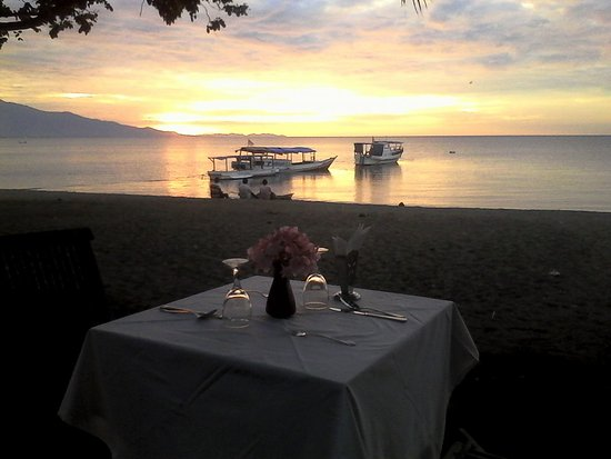 Sea World Club Beach Resort: Beautiful sunset and romantic dinner...