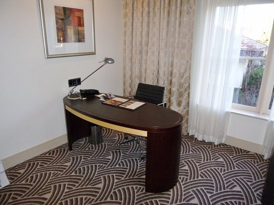 Hyatt Hotel Canberra: Desk area