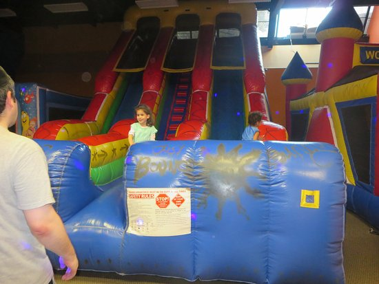 Teaneck, Νιού Τζέρσεϊ: Bouncing castle room costs $5 extra per child