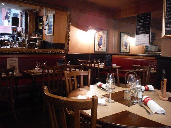 店内は、すっきりしています。 - Picture of Le Mouffetard, Paris ...