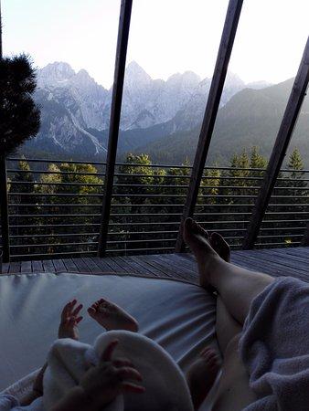 Gozd Martuljek, Slowenien: sajnos a hotel reklámképén szereplő nyugágyból egy db van az is az edzőterem teraszán