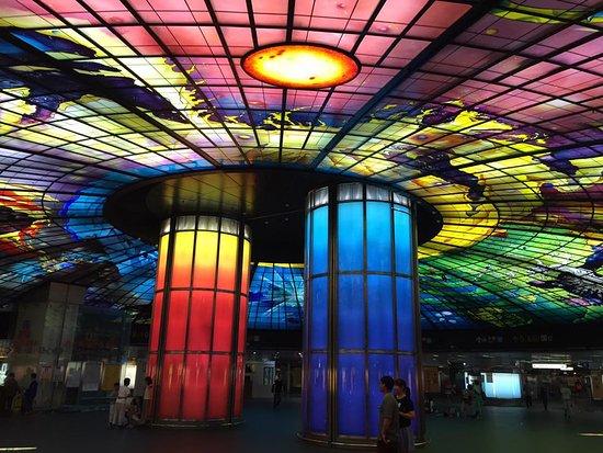 Kaohsiung, Taiwan: 美麗島駅構内です。定期的?に音楽が流れ、天井のガラスの色が変わります。ちょっとした観光名所になってます。