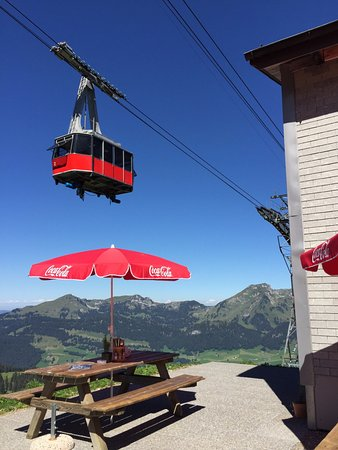 Unterwasser, Suiza: Eat beneath a cable car.