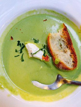Joinville-le-Pont, Francia: Volaille des Landes et sauce foie gras  Lieue jaune et courgette  Soupe glacé aux petits pois et