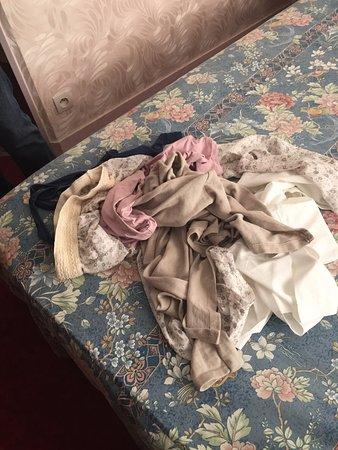 Hotel Aladin: Así encontré mi ropa al volver. La deje colgada de una silla.