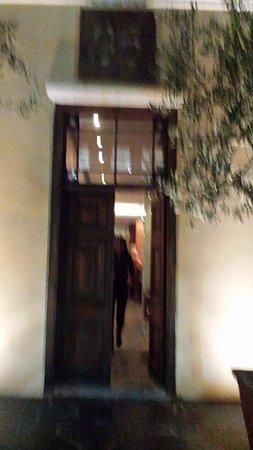 95 Keerom: Entrada al restaurante. Muy oscura toda la calle.