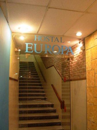 Hostal Europa: L'entrée ! Et personne pour vous aider à monter vos valises. (et pas d'ascenseur)