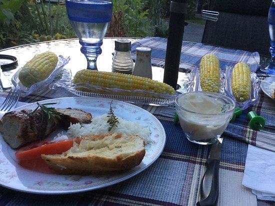 Morrisburg, Canadá: Dinner at Twlight: Pork Loin, Sweet Corn, Farm Fresh Tomatoes, Rice, Crusty Garlic Bread