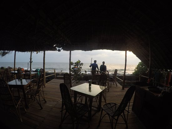 Chilliout Cafe Cherai beach : Not at all crowded, just a couple of foreigners reading their books and enjoying the good food,
