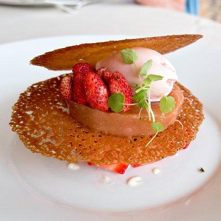 Brionne, Frankrike: Sablé aux fraises rhubarbe sorbet