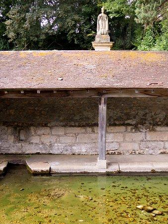 Val-d'Oise, Francja: La source et le lavoir situé près du Musée