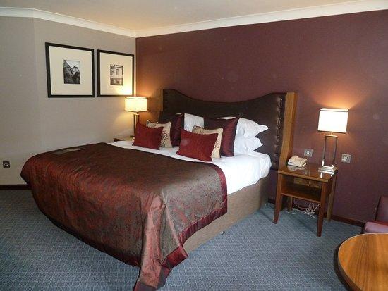 Macdonald Holyrood Hotel: Viel Platz - hohe Betten