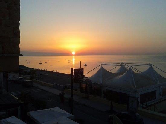 Hotel Albatros: Dalla finestra dell'albergo, alba sulla Calabria