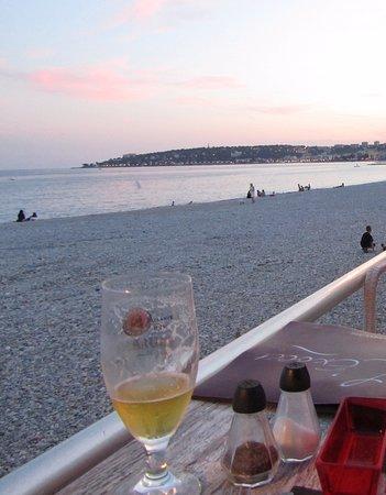 L'Exocet : Une table en terrasse juste en bord de mer. C'est ça les vacances !