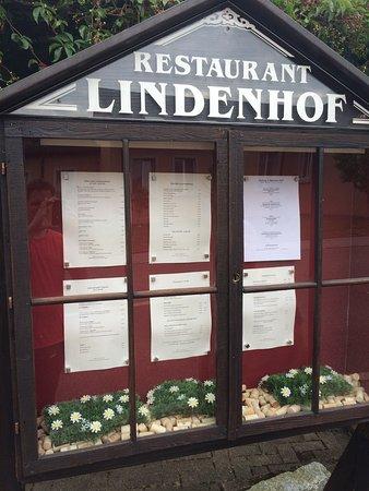 Aussenansicht vom Lindenhof und die unglaubliche Desserts Vitrine!
