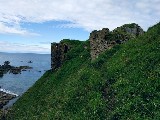 Cullen, UK: Findlater Castle, halfway there