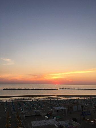 Hotel Elios: Passeggiando al sorgere del sole di fronte al hotel