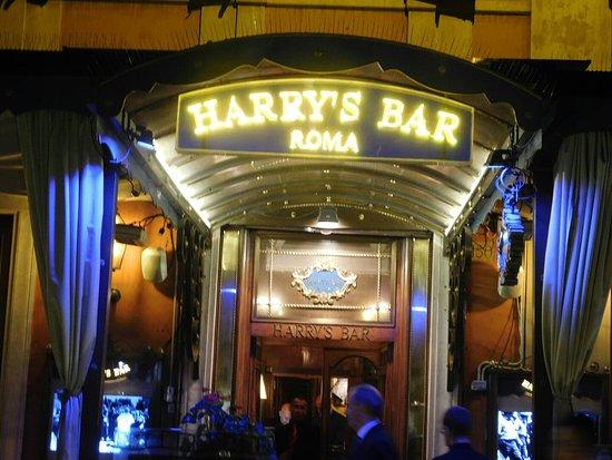 """Harry's Bar: L"""" entrée du bar le soir"""