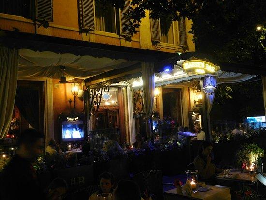 Harry's Bar: La terrasse de Harry' bar le soir.