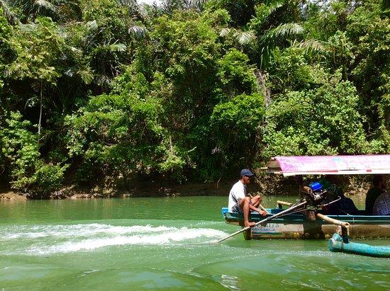 West Java, อินโดนีเซีย: Met deze bootjes ga je de Green Canyon op