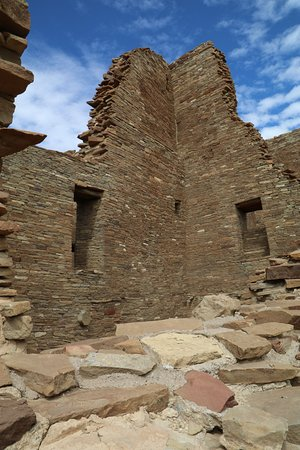 Pueblo Bonito: Tall corner wall