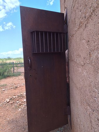 Pearce, AZ: A great historical place. The doors r double steel plates n heavy. You can see the inner wall ma