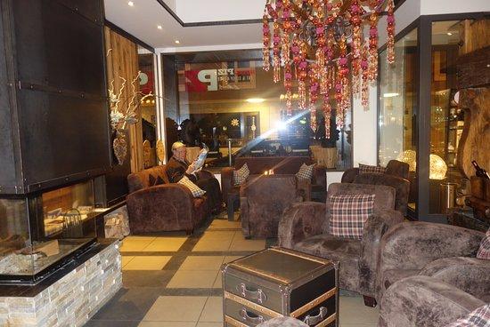 Hotel Piz St. Moritz: Gemütlich eingerichteter Empfangsraum, lädt zum Verweilen ein