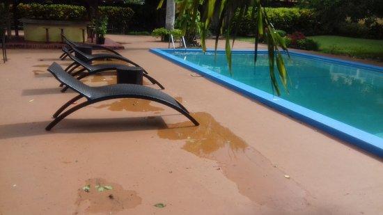 Mandeville Hotel: sitting at restaurant beside pool