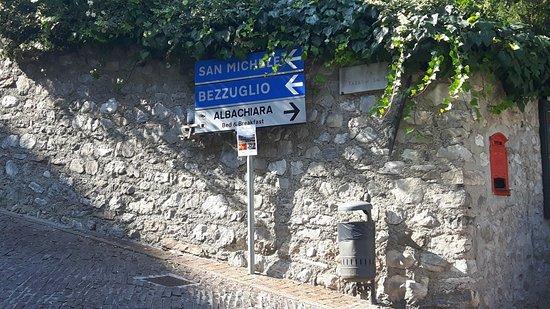 Albachiara B&B: Am Ziel :) - mit dem Auto geht's nicht weiter, rechts ist das Haus