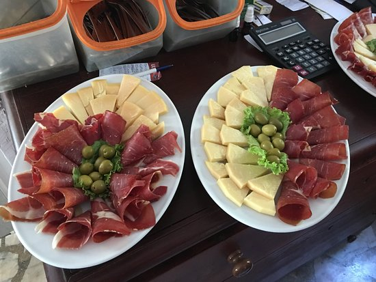 Konoba Toni : Proscuitto, Cheeses, Olives and Home made Bread