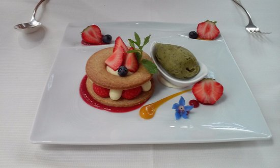 Tarare, Francia: Petit sablé aux fruits rouges, crème légère et sorbet basilic