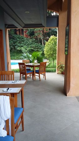 ABAD Green Forest Resort: Possible to eat outside next to the swimming pool